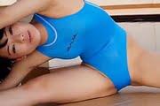 長澤遥香がハイレグ競泳水着でストレッチ