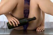 佐倉仁菜が透け下着でビンを片手にM字開脚