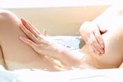 西田夏芽がお風呂でチラチラさせながら全裸に