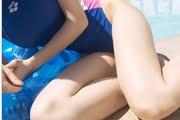 金子理江のブルーな競泳水着と真っ白な太もも