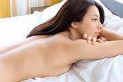 小瀬田麻由が白いベッドの上でトップレスの谷間と横乳